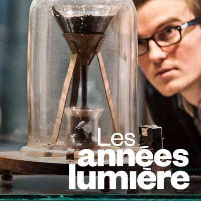 Deux étudiants regardent l'entonnoir contenant la poix sous une cloche de verre, et le logo de l'émission Les années lumière.
