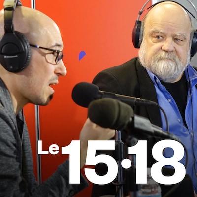 Jean-Philippe Pleau et Serge Bouchard côte à côte dans un studio radio.