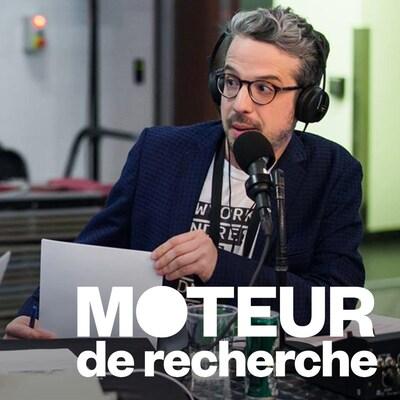 Matthieu Dugal parle dans un micro, casque d'écoute sur la tête, en regardant vers la gauche.