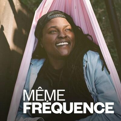Portrait de Joy Oladokun souriante, dans un hamac.
