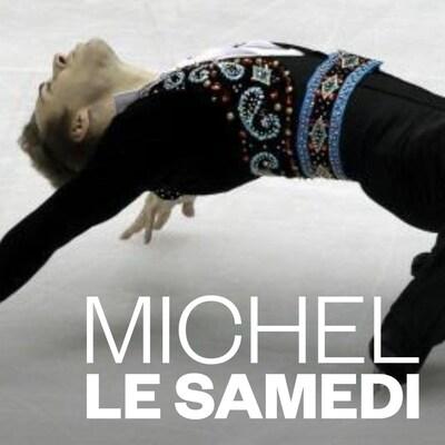 Un patineur artistique fait une prouesse.