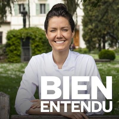 La cheffe Jessica Rosval pose avec sa tenue de chef cuisinière dans un grand jardin. Au bas de l'image, le logo de l'émission Bien entendu.