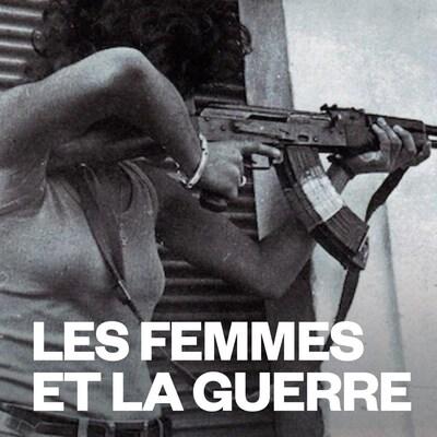 Une femme vise avec une arme automatique dans une rue.