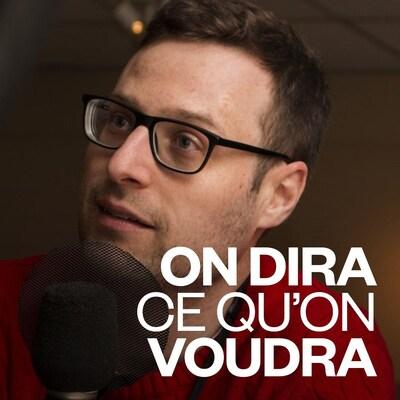 L'homme à lunettes parle au micro d'une émission de radio.