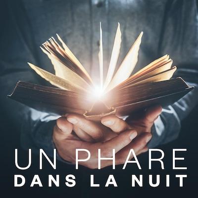 Un homme tient un livre duquel jaillit une lumière.