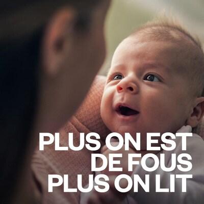 Un bébé regarde sa mère en souriant.