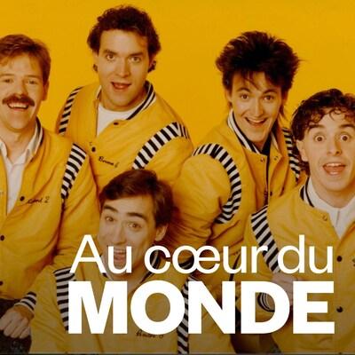 Cinq jeunes hommes portant des manteaux jaunes.
