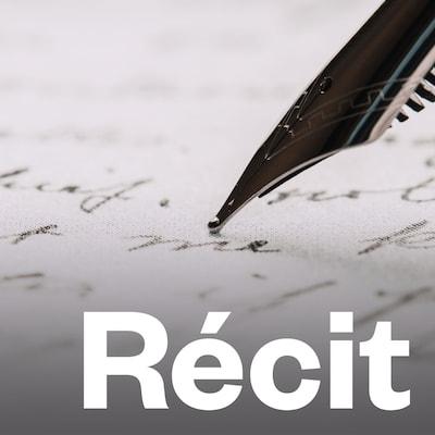 Une personne tient une plume et écrit sur du papier.