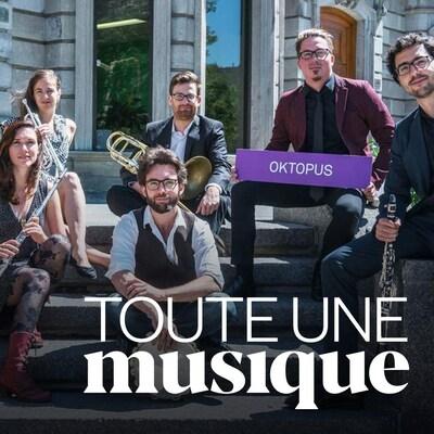 Les membres du groupe Okotpus assis dans des escaliers avec leurs instruments.