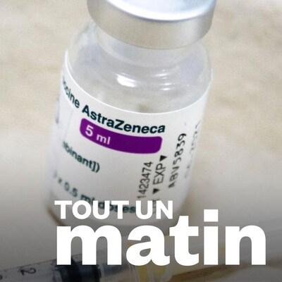 Une bouteille contenant le vaccin d'AstraZeneca est déposé sur une table.