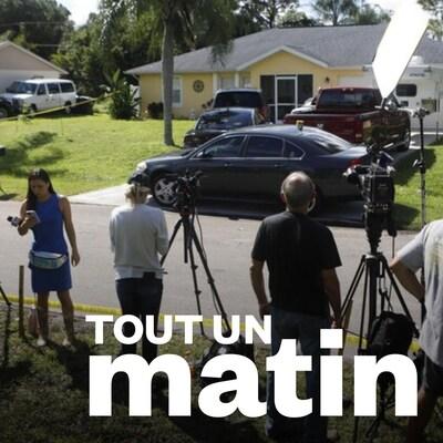 Des journalistes attendent devant une maison en Floride.