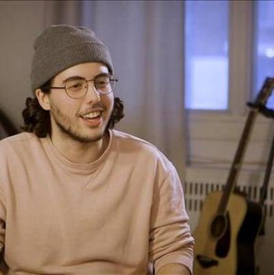L'acteur et scénariste Étienne Galloy dans son salon