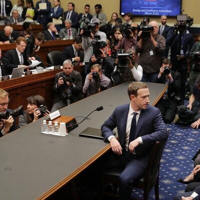 Le patron de Facebook, Mark Zuckerberg devant les sénateurs américains.