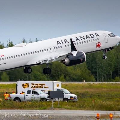Un avion 737 MAX de la compagnie aérienne Air Canada est juste au-dessus de la piste alors qu'il décolle.