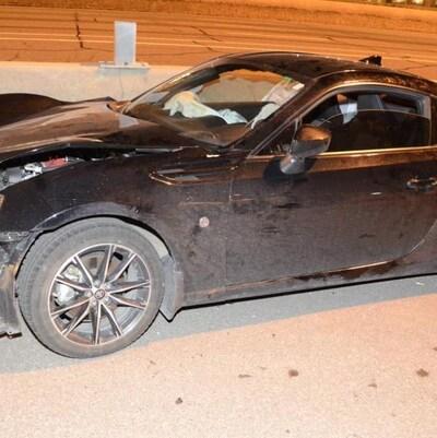 Une voiture noire de marque Toyota accidentée
