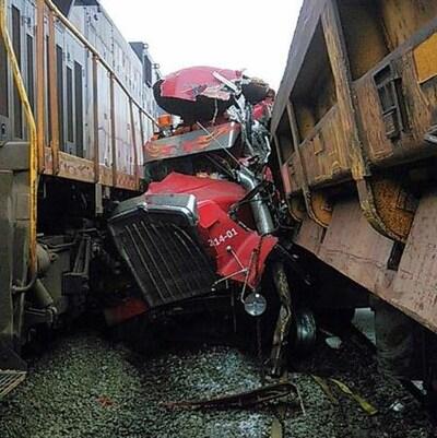 Camion frappé par un train sur la route 389