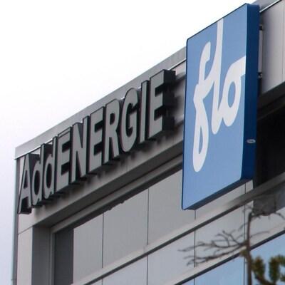 Vue sur le logo d'AddÉnergie au sommet d'un bâtiment vitré.