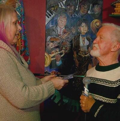 Adrian Pearce et son ancienne flamme Vicki Allen ouvre le cadeau  devant des amis réunis pour l'occasion.