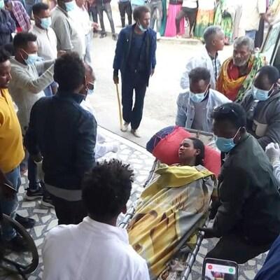 Des blessés évacués vers les hôpitaux.