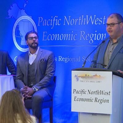 Murad Al-Katid donne une présentation au sommet économique à Saskatoon.