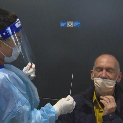 Le Dr Alain Wiesenthal subit un test de dépistage à son arrivée à l'aéroport Pearson.