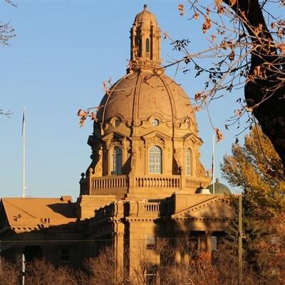 L'édifice de l'Assemblée législative de l'Alberta à Edmonton. L'Alberta enregistre un recul de son déficit au troisième trimestre fiscal 2017-2018. Son PIB fait un bond de 4,5%.
