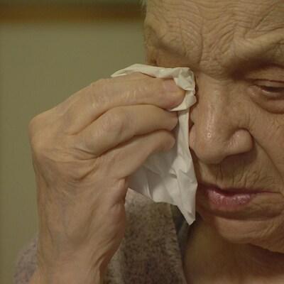 Une vieille dame pleure.
