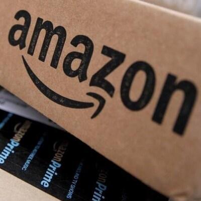 Un bout d'emballage en carton avec un grand logo d'Amazon imprimé dessus