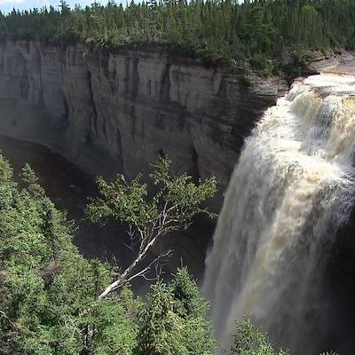 La majestueuse chute Vauréal constitue un joyau du parc national de l'île d'Anticosti.