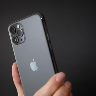 Une personne tient un téléphone iPhone 1 Pro.