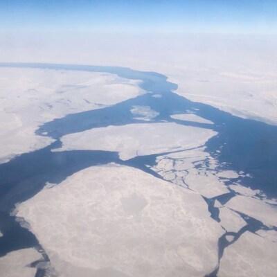 L'océan Arctique vu du haut des airs entre Resolute Bay et Tuktoyaktuk.