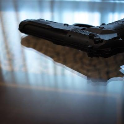 Une arme sur une table de salon.