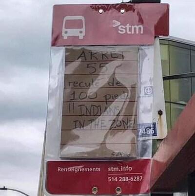 Un panneau de signalisation d'un arrêt d'autobus de la STM a été vandalisé au centre-ville de Montréal.