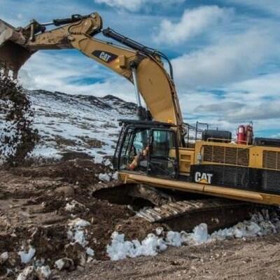 Une grue sur un site minier.