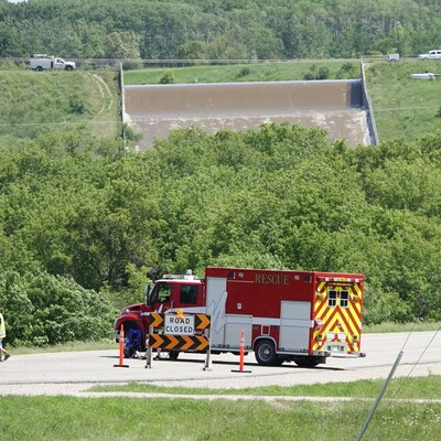 Un barrage sous l'eau avec des véhicules d'urgence.