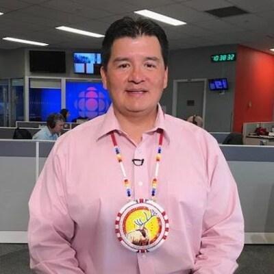 Bobby Cameron en entrevue dans les bureaux de Radio-Canada à Saskatoon.