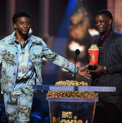 Chadwick Boseman remet son prix représentant du maïs soufflé à James Shaw Jr..