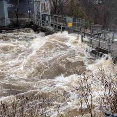 Une grande quantité d'eau s'écoule des chutes de Bracebridge le 21 avril 2019. Le maire a déclaré l'état d'urgence.