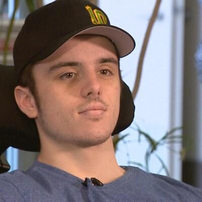 Vue sur le visage d'un jeune homme portant une casquette