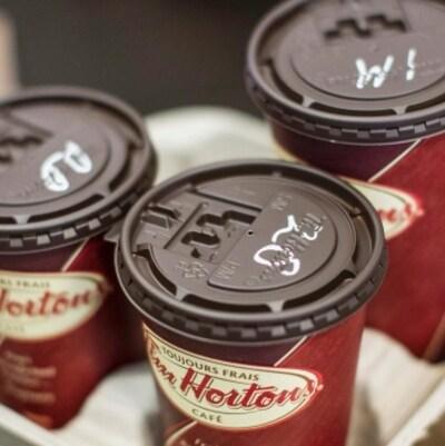Des tasses de café Tim Hortons.