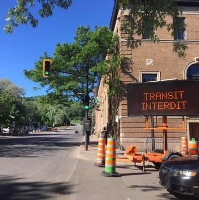 Un panneau de signalisation sur l'avenue du Mont-Royal indique que la circulation de transit est interdite sur la voie Camillien-Houde.