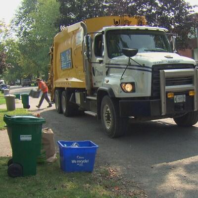 Un camion-poubelle de la Ville d'Ottawa circule dans une rue résidentielle. (Archives))