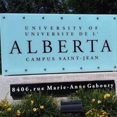L'enseigne à l'entrée du campus Saint-Jean en été.