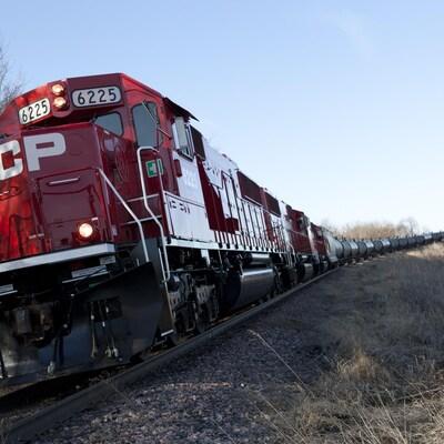 Une locomotive du CP roule sur un chemin de fer.