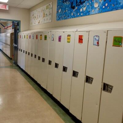 Des casiers d'une école primaire.