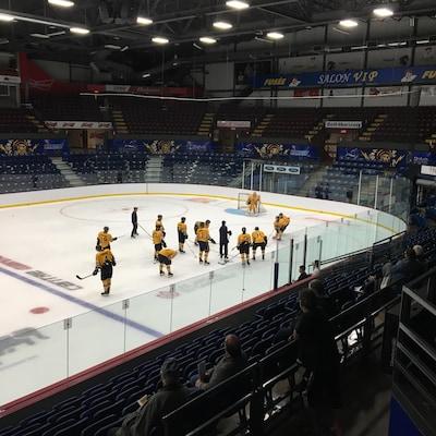 Treize joueurs et deux entraîneurs des Cataractes de Shawinigan sont sur la glace du Centre Gervais Auto à l'occasion de leur camp d'entraînement. Quelques partisans sont dans les gradins pour observer l'équipe.