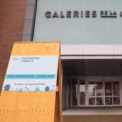 Entrée du nouveau centre de vaccination des Galeries de la Capitale.