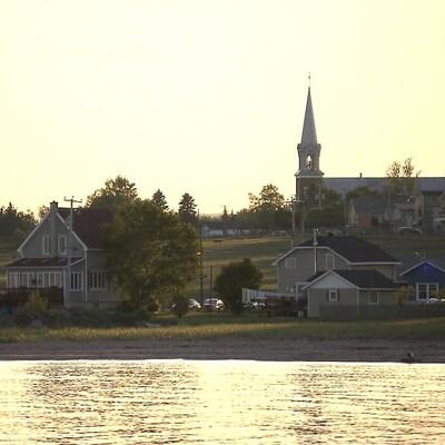 Le bord de mer et l'église à Chandler