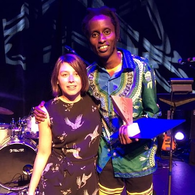 Des musiciens reçoivent des prix sur scène.