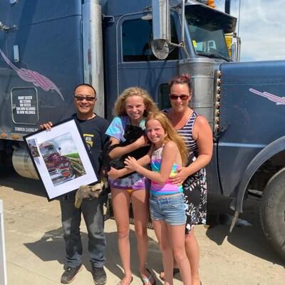 Jack Shao, Chylisse Marchand, Shay Urschel qui tient Spooky le chat et Alli Urschel posent devant le camion de Jack Shao.